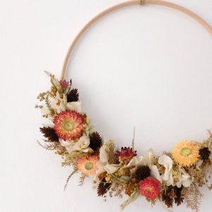 couronne orangée en fleurs séchées et éternelles